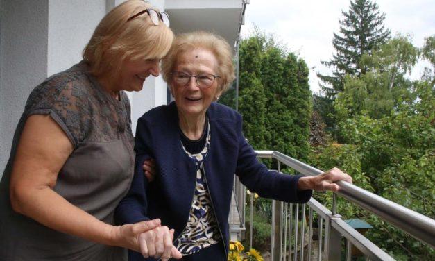 Pflege: So arbeiten die stillen Helferinnen